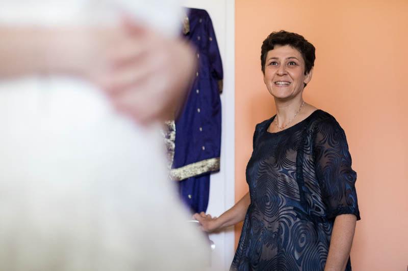 la maman découvre sa fille en robe de mariée