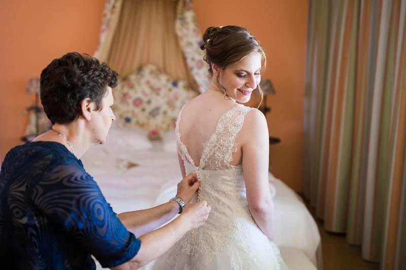 maman ferme la robe de mariée de sa fille