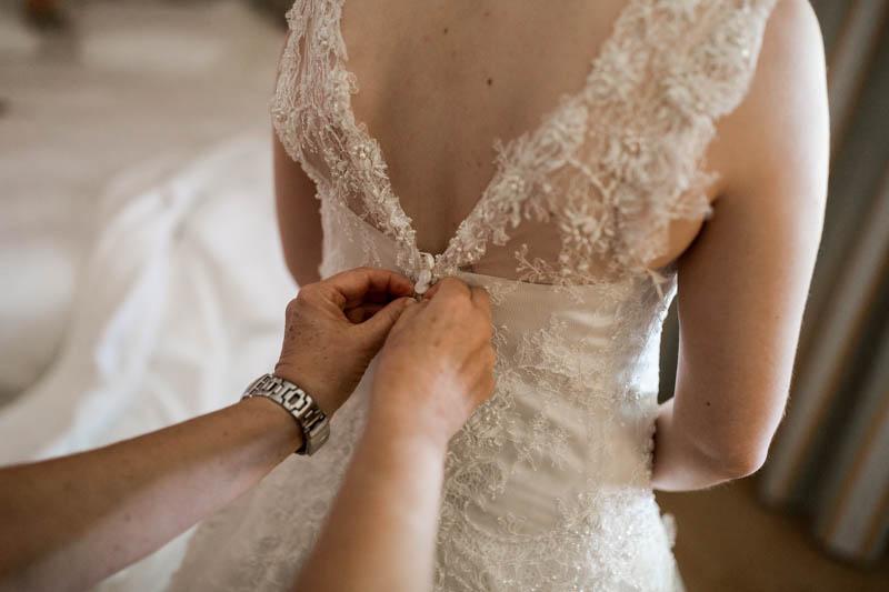 fermeture de la robe de mariée