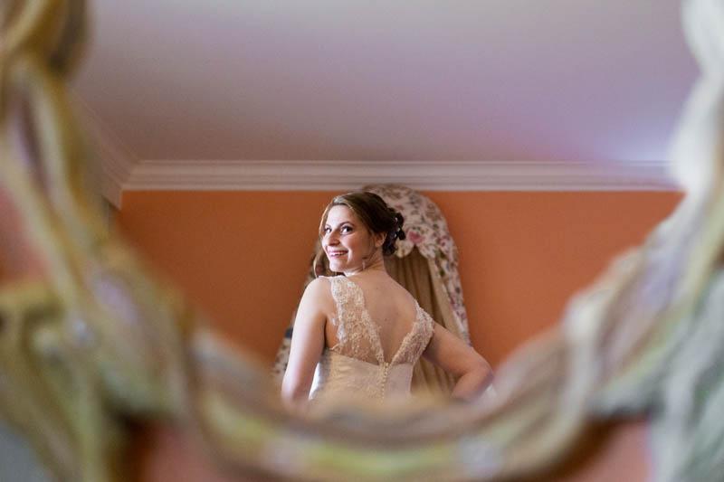 la mariée s'admire dans le miroir