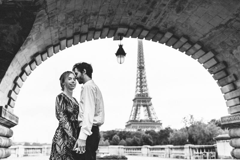 la tour Eiffel en fond pour ce couple amoureux