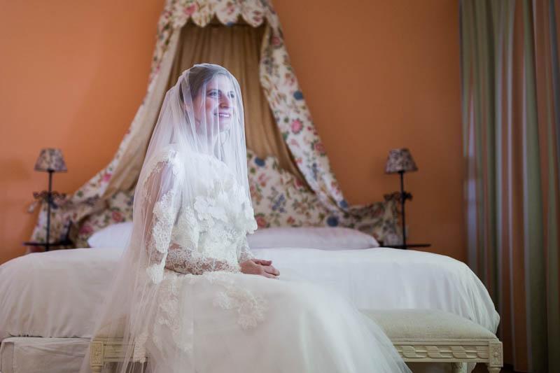 portrait d'une mariée juive les mains jointes