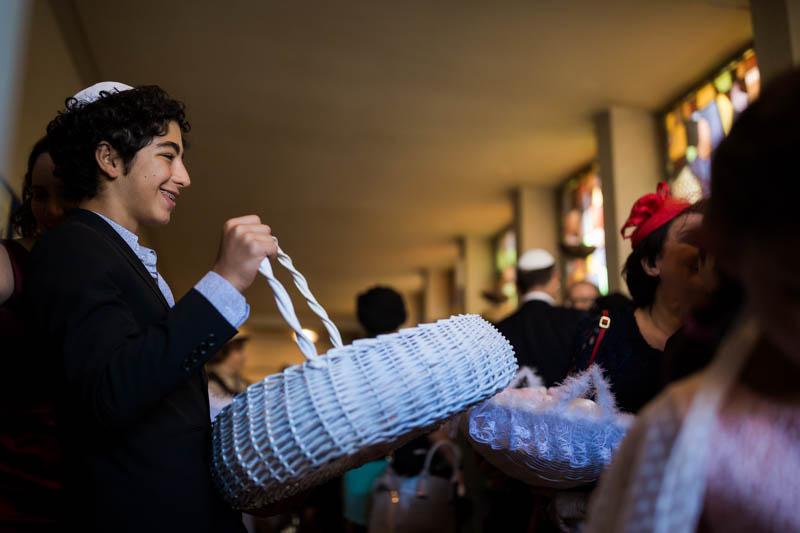 petit garçon distribue des kippa devant la synagogue de luxembourg