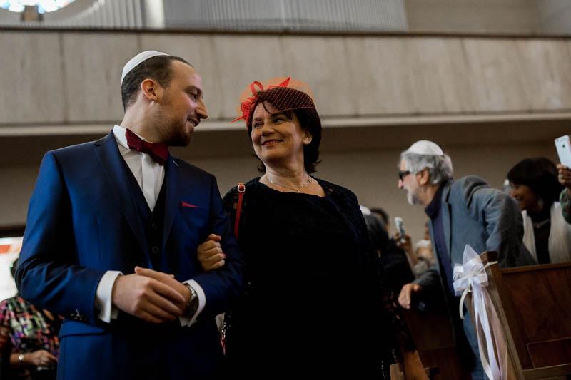 le marié jette un regard tendre à sa mère