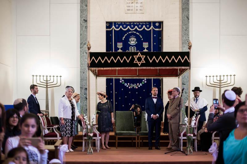 le marié attend avec le rabin