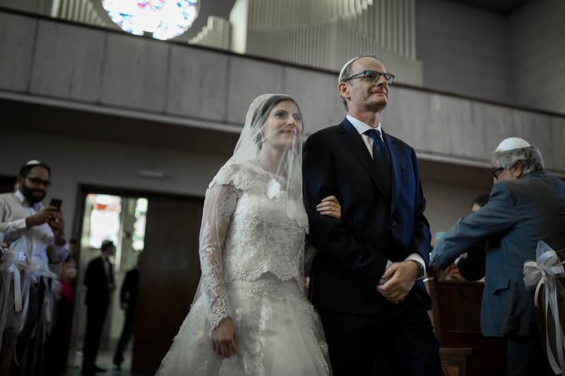 la mariée juive arrive au bras de son père