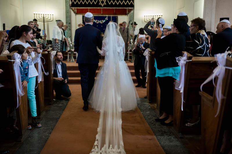 la mariée accuillie par le rabin