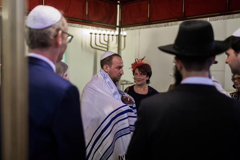 revêtement du tallith par le marié juif