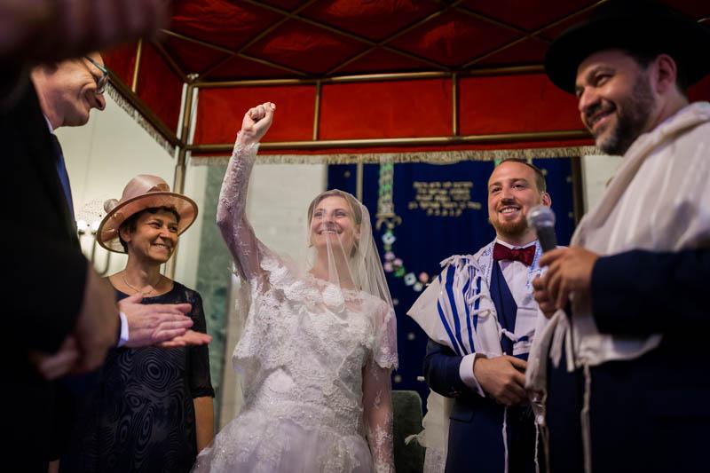 la mariée fière de son alliance