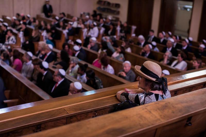 une femme observe une cérémonie juive