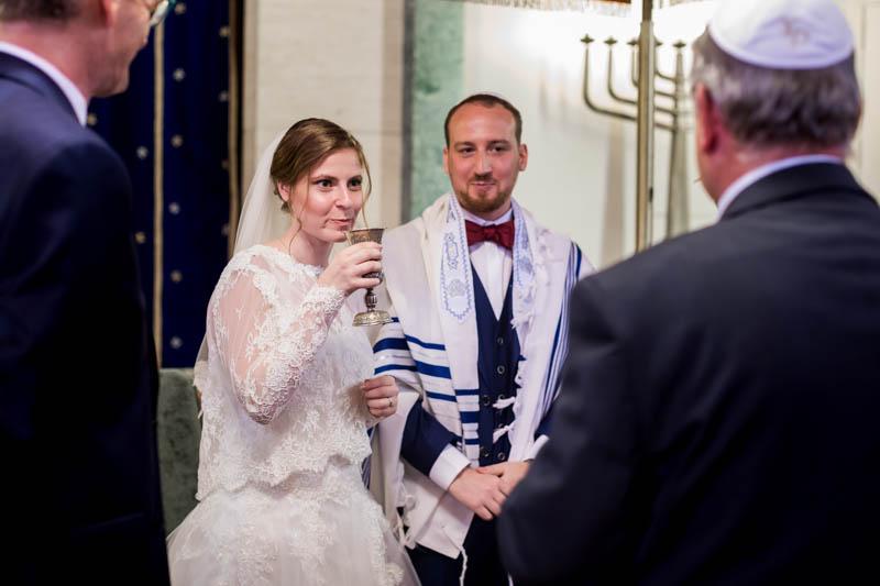 la mariée boit le vin