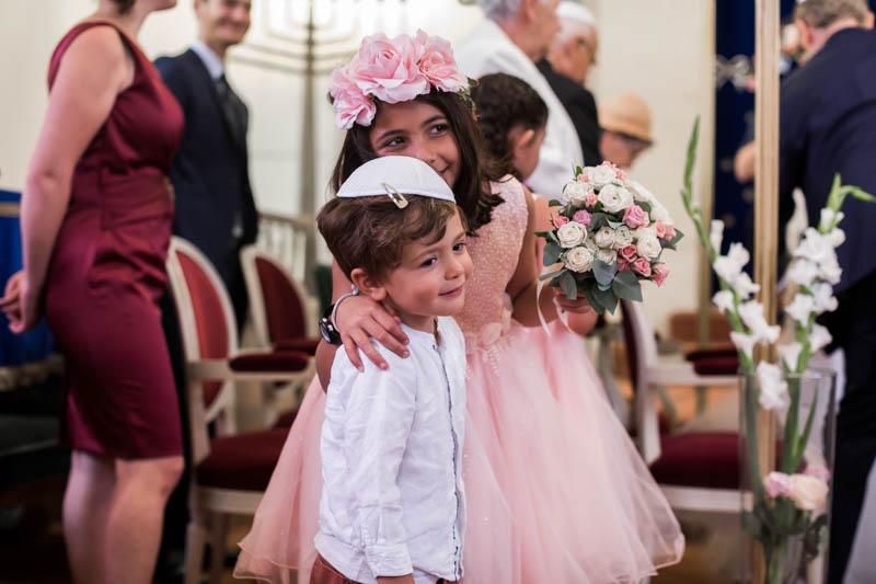 les enfants s'amusent pendant la cérémonie juive