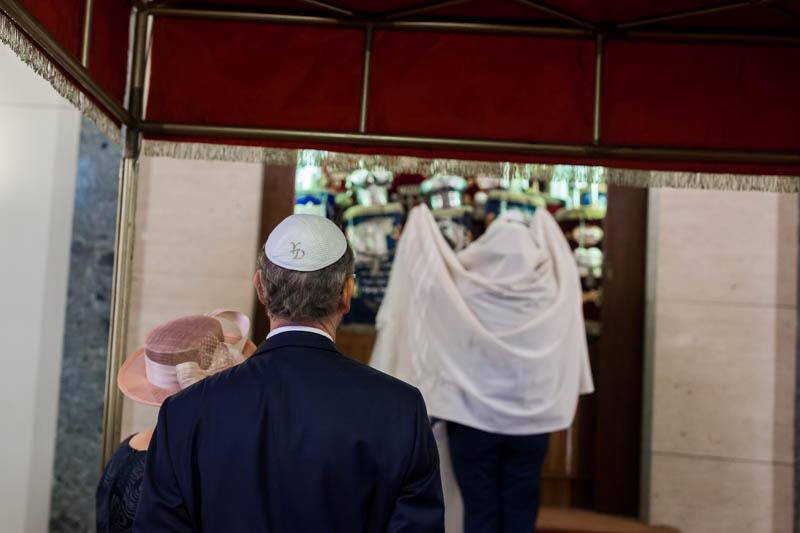 les mariés devant l'armoire sainte