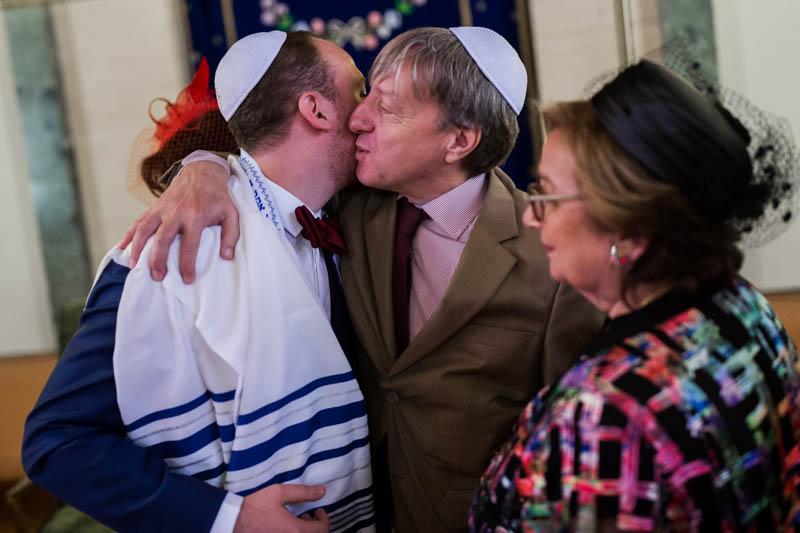les mariés félicités par leurs proches