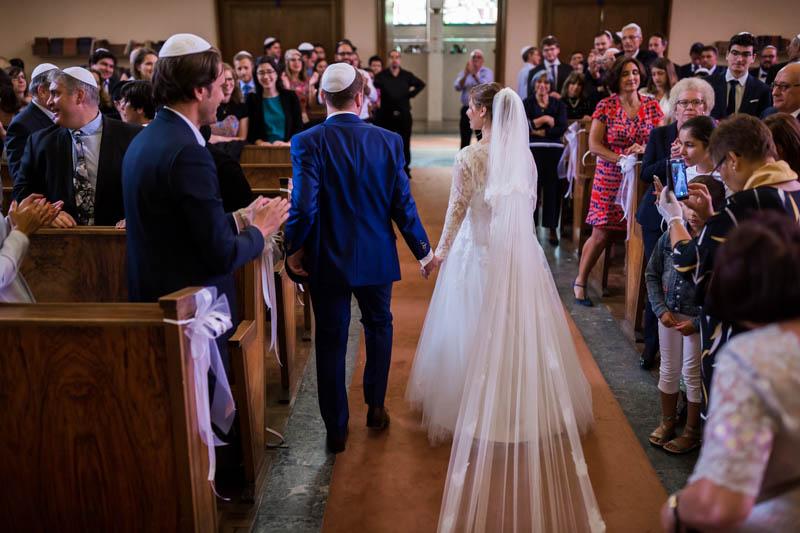 les mariés sortent de la synagogue