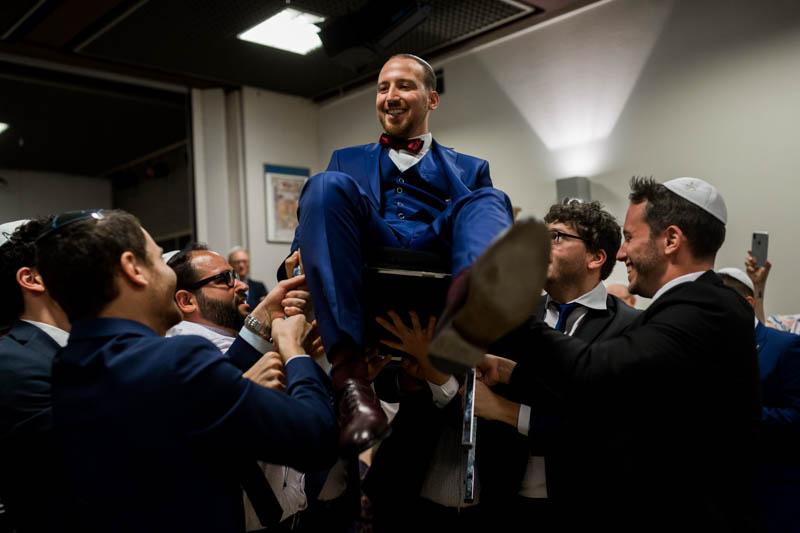 le marié juif porté sur une chaise