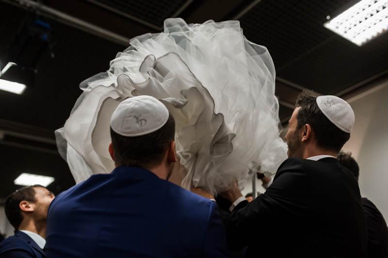 la mariée juive portée sur une chaise par ses témoins