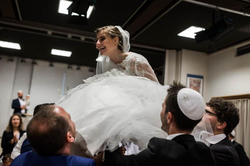la mariée sur une chaise à la synagogue de luxembourg