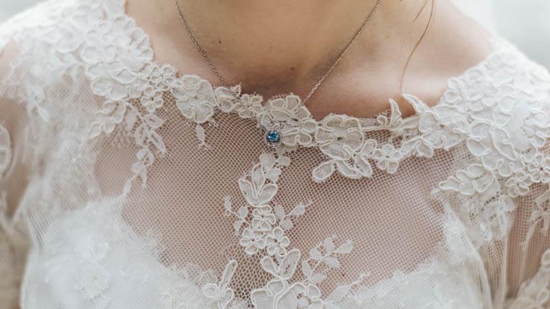 détails de la robe de la mariée