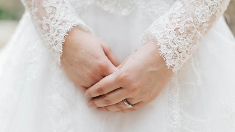 la mariée joint les deux mains