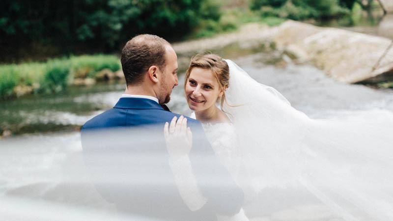 le photographe joue avec le voile de la mariée