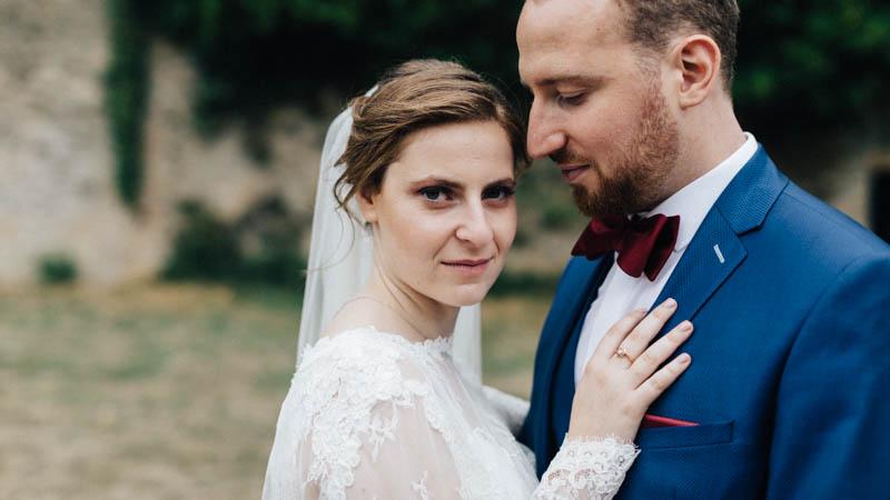 la mariée pose avec son mari
