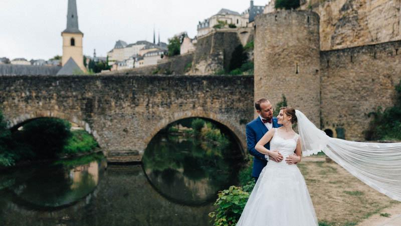 la mariée devant le pont de l'alzette à luxembourg