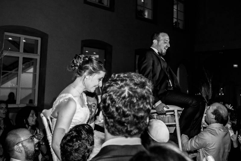 la mariée portée sur une chaise