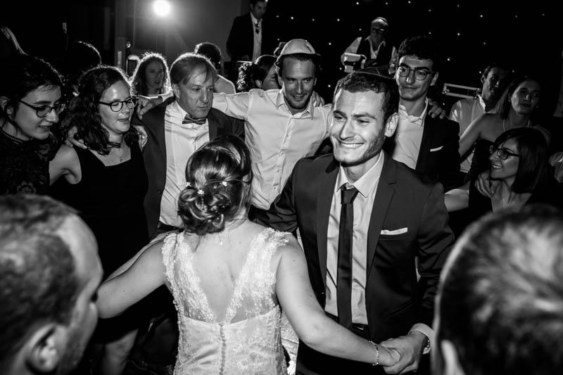 la mariée danse avec son frère