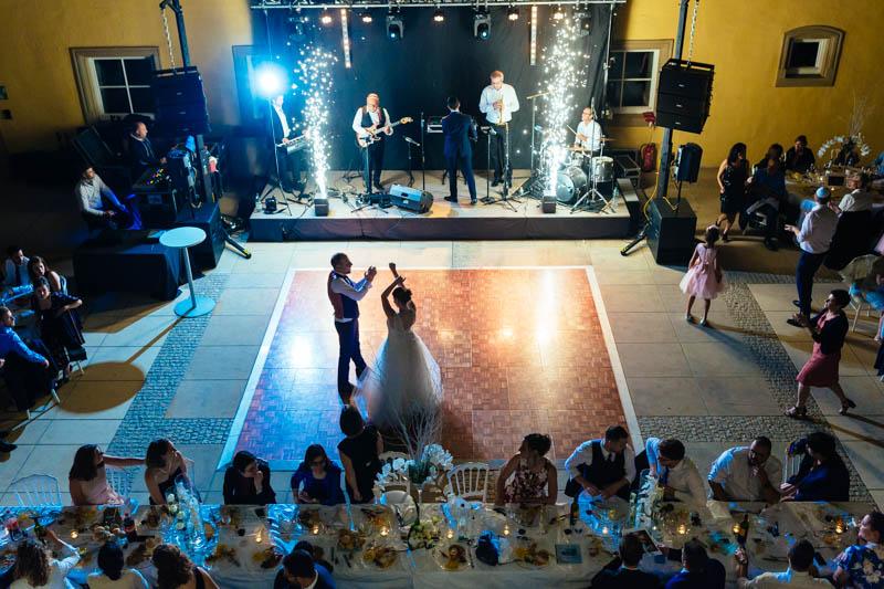 les mariés sur la piste de danse à l'abbaye de neumunster