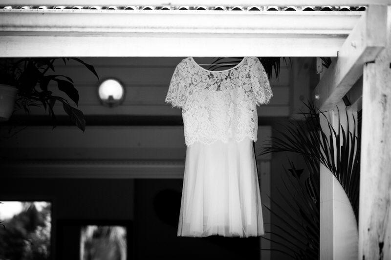 robe de mariage suspendue à la toiture d'une maison