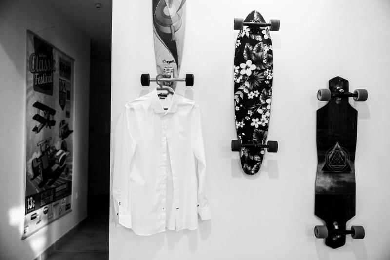 chemise du marié suspendue à un skateboard
