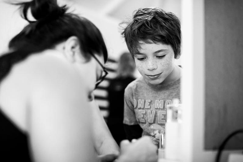 petit garcon regarde sa maman se faire maquillée