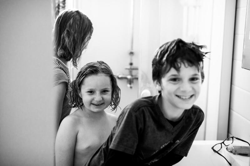les enfants sourient au photographe