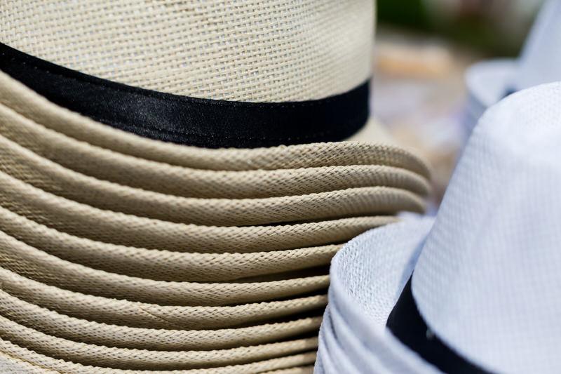 les chapeaux pour se protéger du soleil pendant la cérémonie de mariage laique