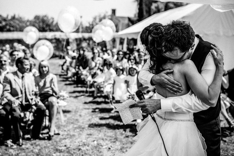 les mariés s'enlassent après avoir échangé leurs voeux