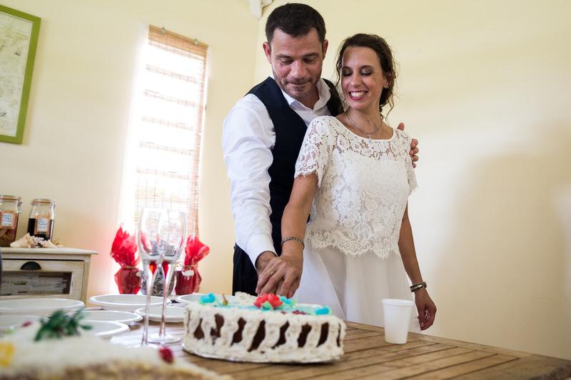 on coupe le gateau de mariage