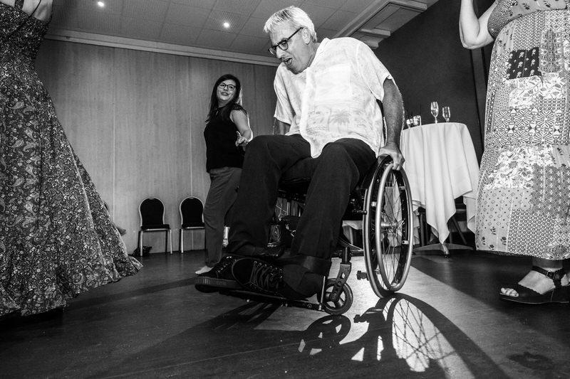 un homme en chaise roulante sur la piste de danse