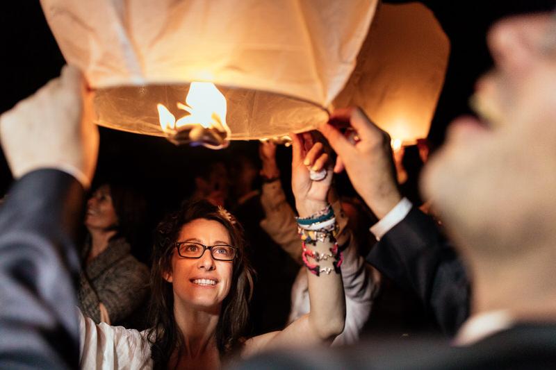 lacher de lanternes lors d'une cérémonie de mariage laique