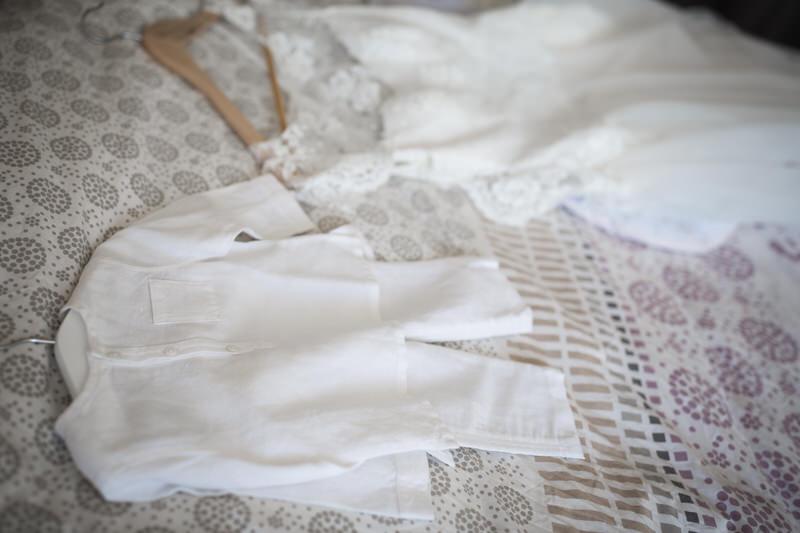 les habits de bébé et la robe de mariée