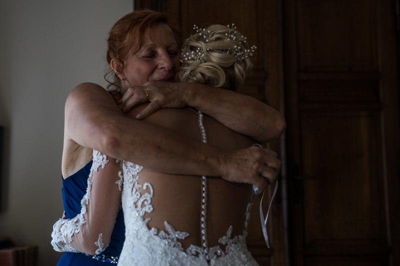la mariée et sa maman se serrent dans les bras