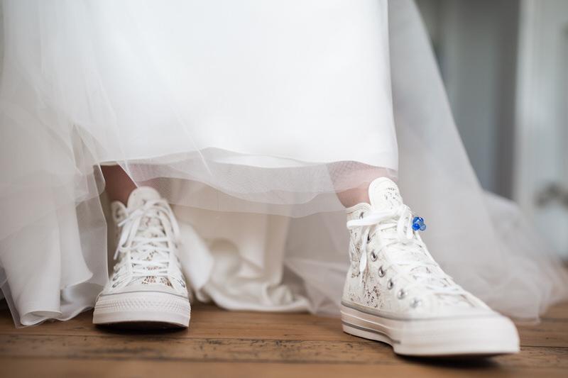 une mariée en converse blanches les baskets pour le mariage