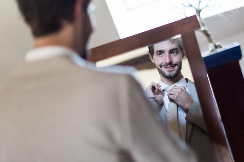 le marié s'admire dans le mirroir