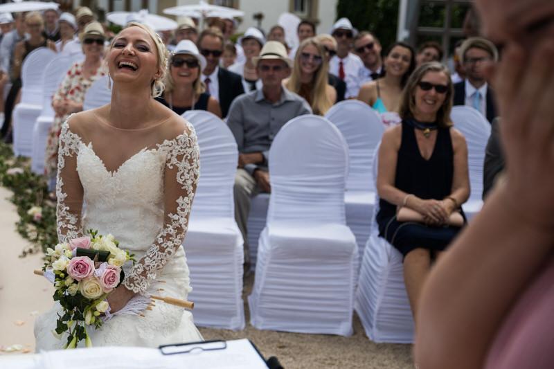 scène de fou rire pendant la cérémonie laique