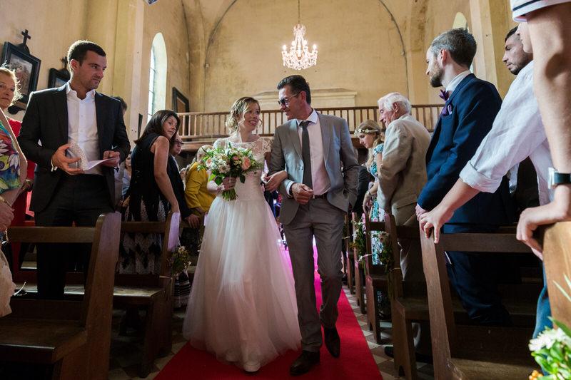 la mariée entre dans l'église au bras de son papa