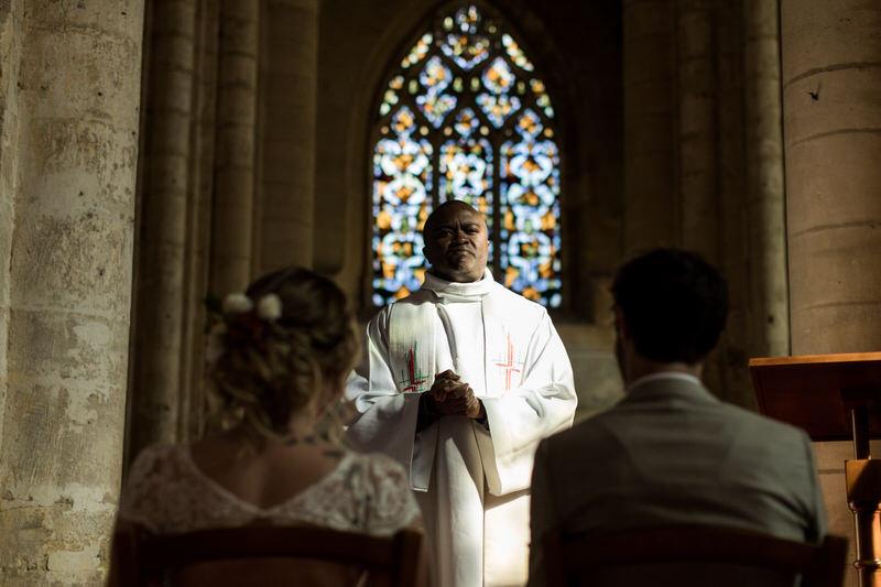 le prêtre célèbre la cérémonie religieuse de mariage