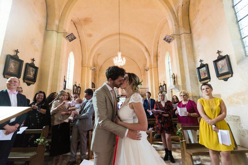mes mariés s'embrassent sous les applaudissements