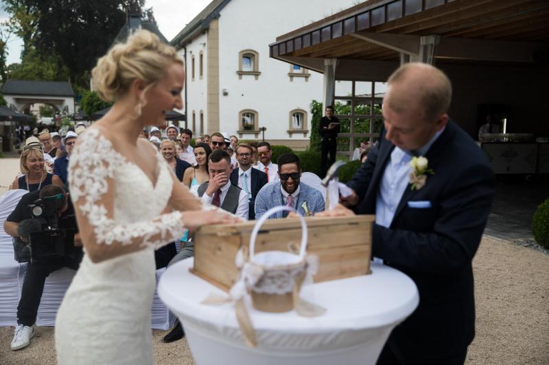 fermeture de la boite par les mariés