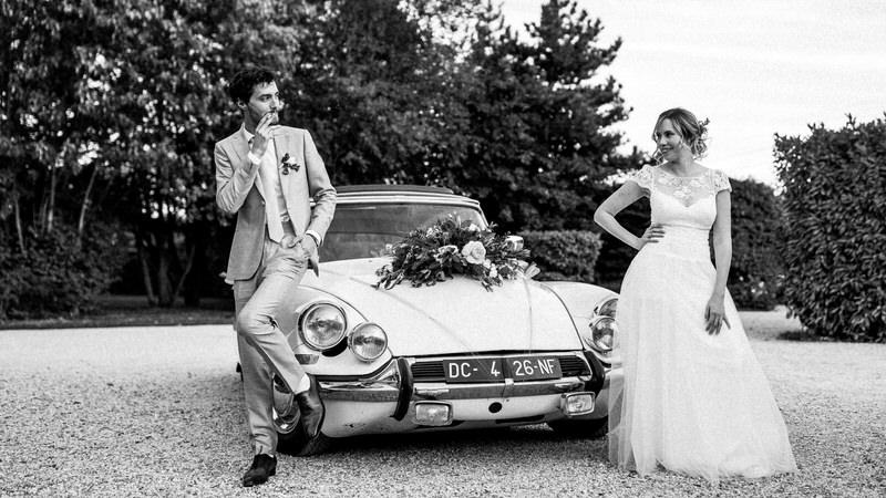 les mariés posent devant une citroën CX de l'époque