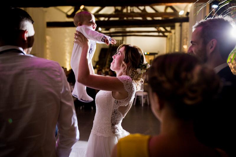 la mariée joue avec son bébé pendant la soirée du mariage